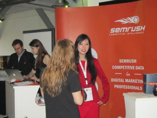 Véronique Duong devant le stand de SEMRush pour une mini interview